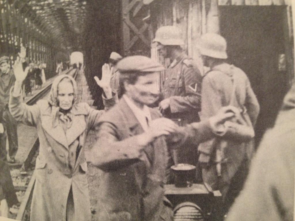 1940 год. Мирные жители, пытавшиеся перебежать из советской оккупационной зоны Украины в немецкую, но были задержаны немецкими солдатами и выдворены обратно.