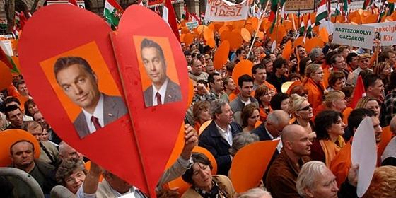 Всё более явный культ личности и авторитарные тенденции Виктора Орбана на фоне патриотических лозунгов всё больше настораживают европейскую общественность.