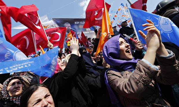 За время правления Эрдогана и партии APK наблюдается откат Турции от светских традиций к религиозным.
