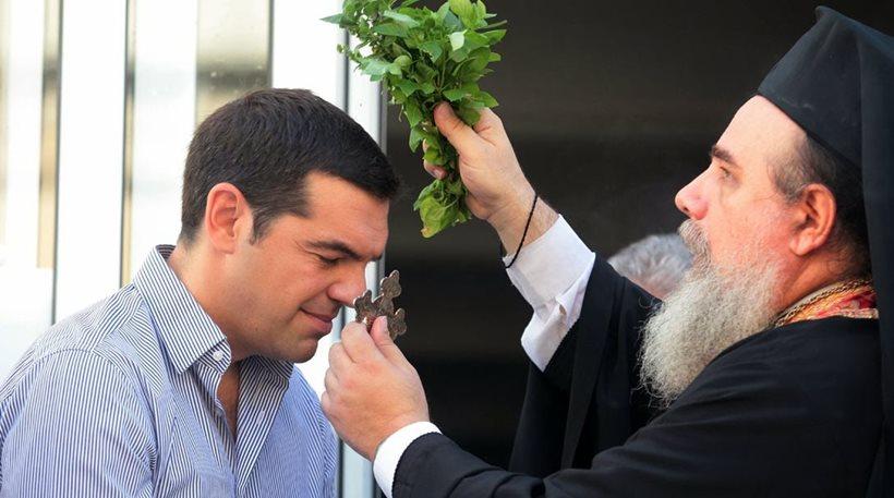 Лидер радикальных социалистов Алексис Ципрас получает благославление. © protothema.gr