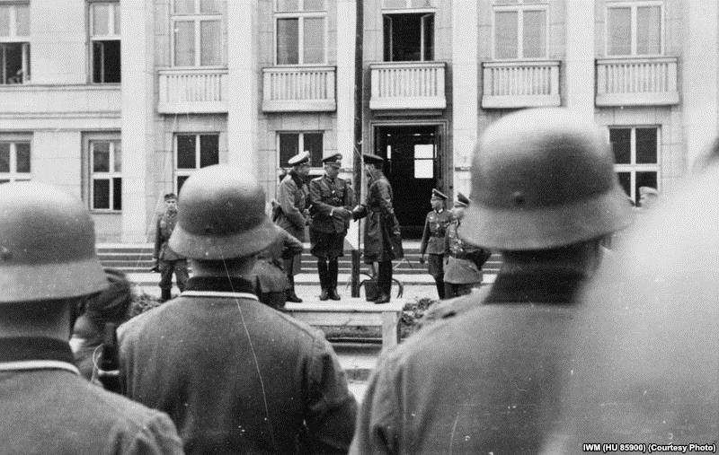 Немецкий подполковник Густав-Адольф Рибель жмет руку советскому комбригу Семену Кривошеину во время совместного нацистско-советского парада в Бресте.