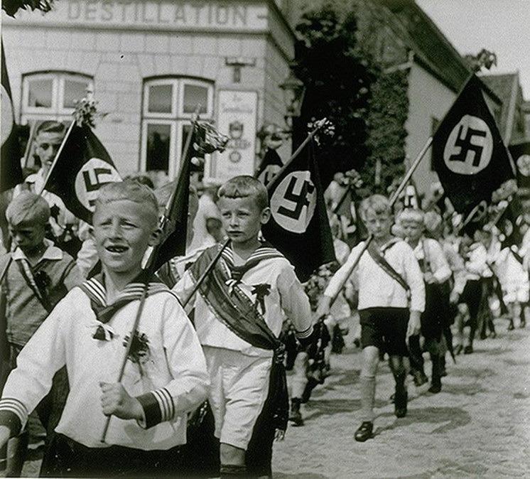 Праздничный парад нацистской молодёжи.