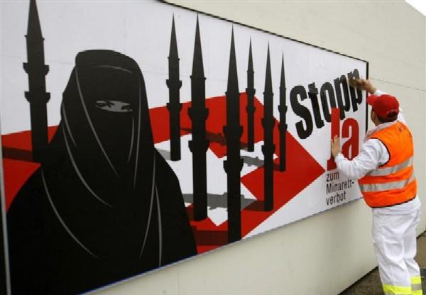 Агитационный плакат швейцарской партии SVP за запрет минаретов. 2007 г.