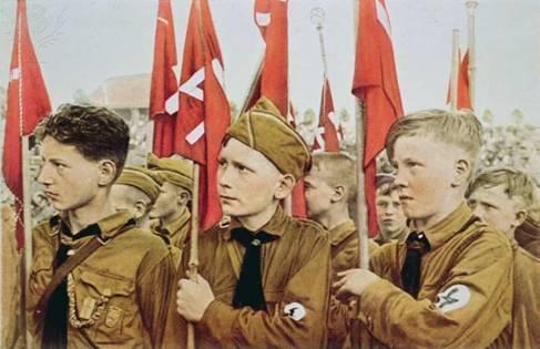 Hitlerjugend. Молодёжи изначально, через ритуалы и атрибутику, прививался культ войны.