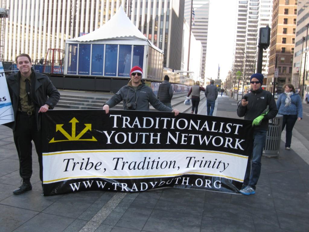 """Пикет американского движения молодых традиционалистов. Лозунг на плакате: """"Род, традиция, троица""""."""